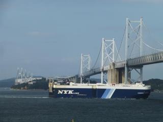 瀬戸大橋と巨大船、H28.10.9.jpg
