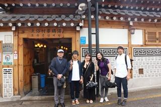 研究室旅行の韓国土俗村蔘鷄湯店前にて.jpg